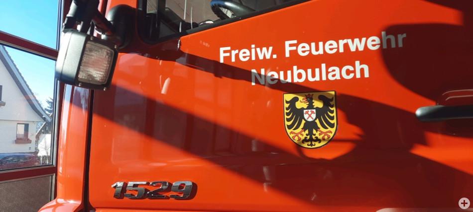 HLF Tuere Fahrerseite mit Wappen Neubulach