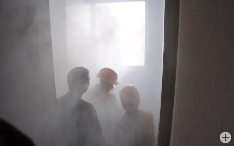 Jugendfeuerwehr in einem verrauchten Raum durch eine Nebelmaschiene